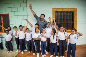 Hugh Jackman with kids of the laughing man foundation