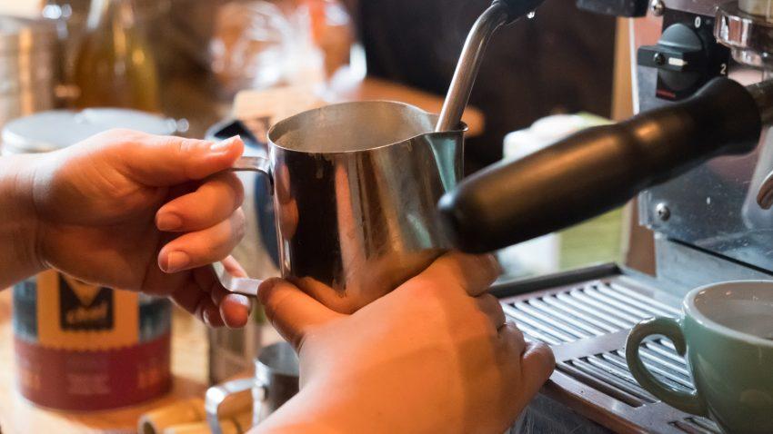 barista crema leche para hacer cappuccino