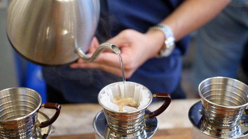 preparando un cafe en un kalita wave