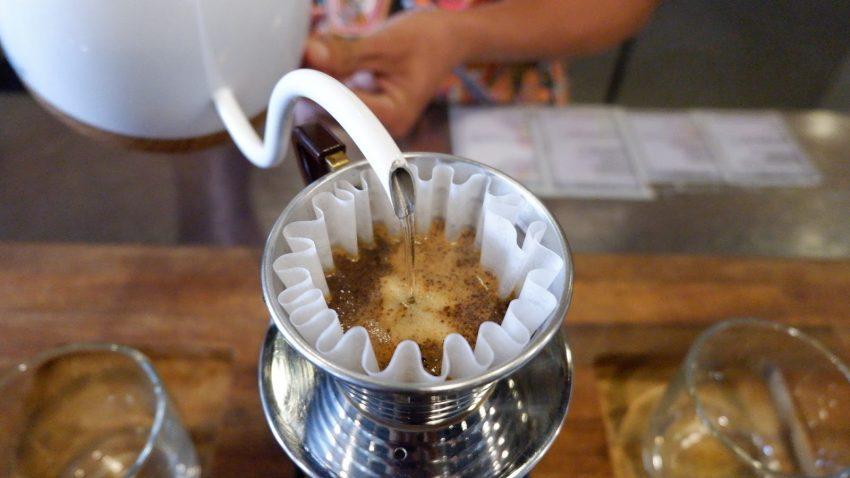 virtiendo agua sobre cafe molido