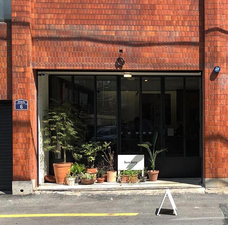 el exterior de una tienda de cafe