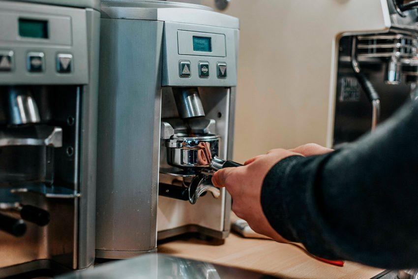 moliendo cafe fresco en casa