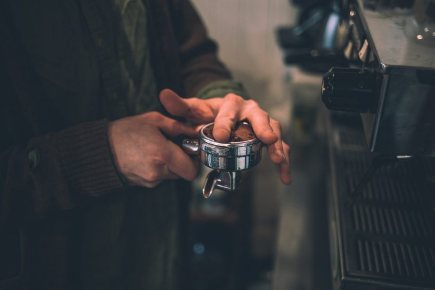 distribuyendo cafe en un portafiltro