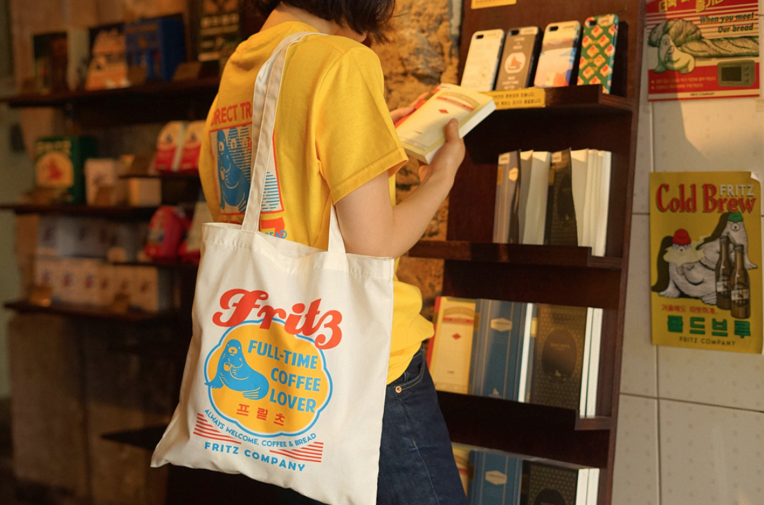 cliente mira productos en tienda de cafe