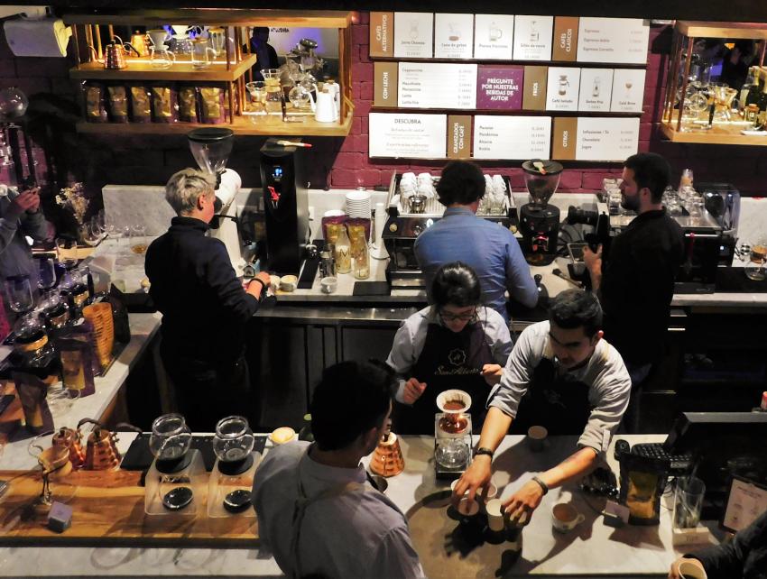 baristas en una tienda de cafe preparando bebidas
