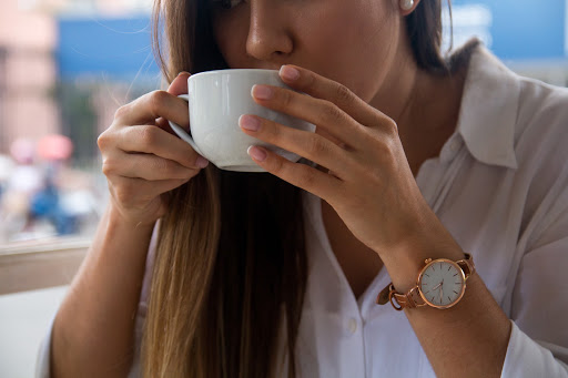 Un cliente bebe una taza de cafe
