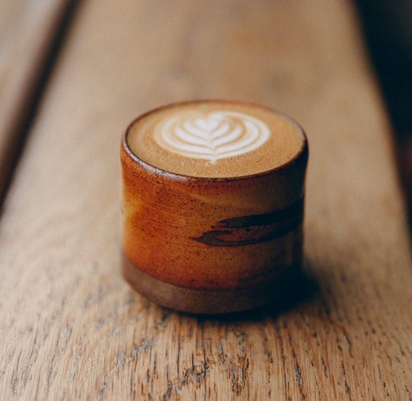 una taza de cappuccino con arte latte