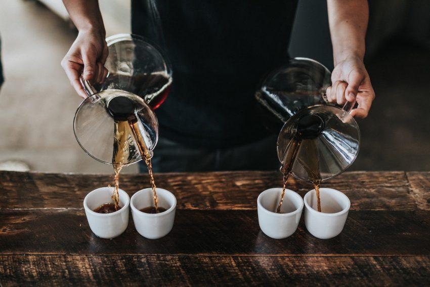 virtiendo cafe en varias tazas
