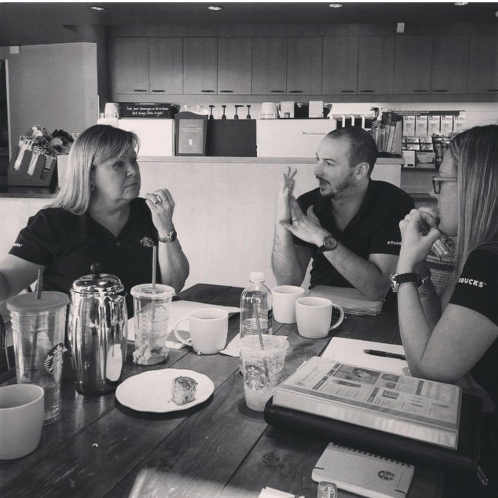 propietarios de una tienda de cafe discuten sus estrategia de liderazgo
