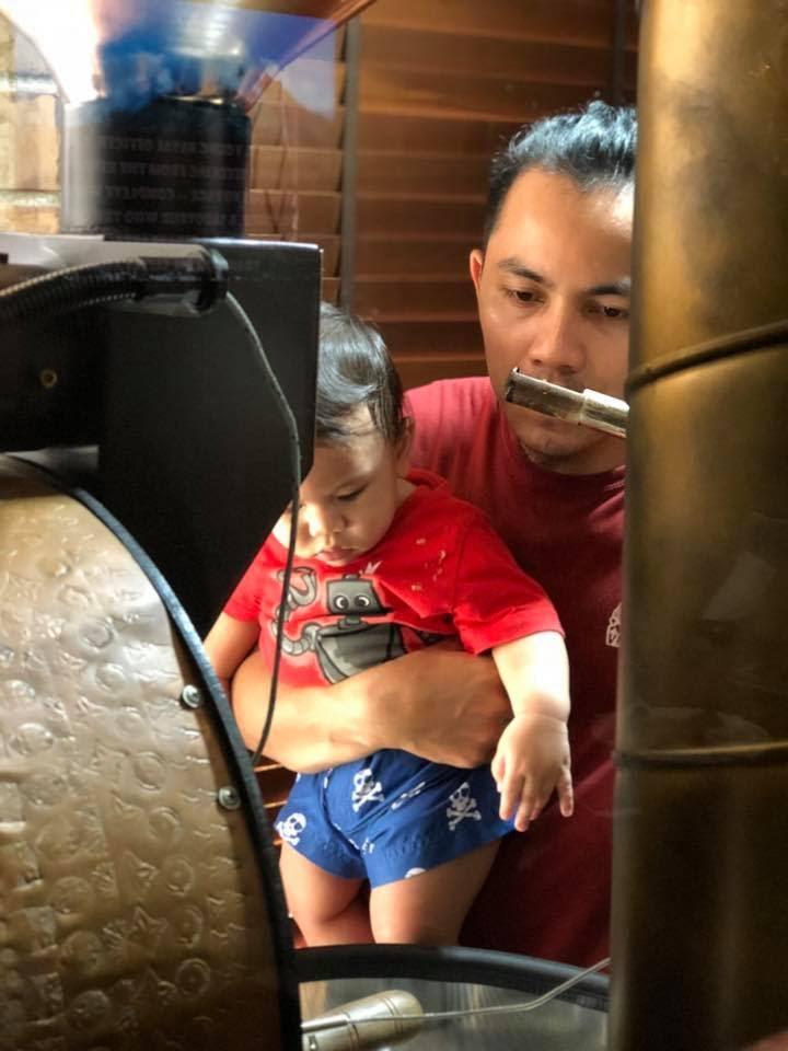 tostador enseña a su hijo sobre el cafe