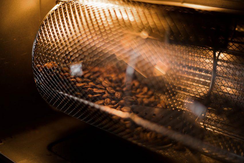 granos de cafe siendo tostados