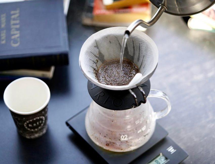 preparando cafe en un v60