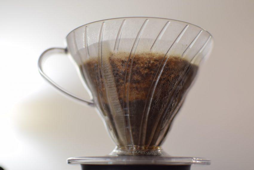 extrayendo cafe en un hario v60