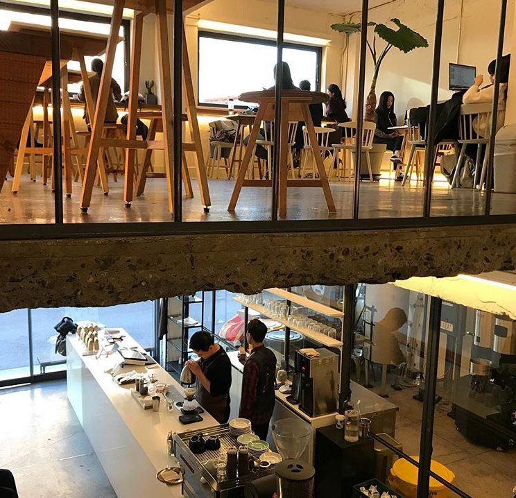 tienda de cafe y clientes