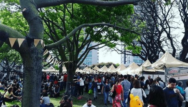 personas explorando la escena cafetera de argentina