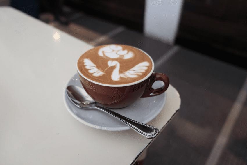 arte latte en una taza de cafe