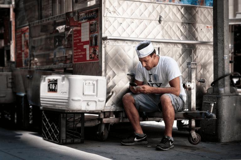 un hombre sentado en una tienda de cafe