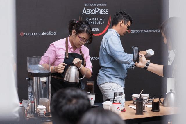 barista compitiendo en una feria de cafe