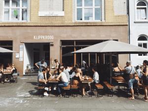 coffee shop lleno en un espacio abierto