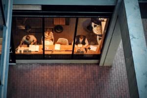 clientes trabajando y disfrutando de un café en un coffee shop