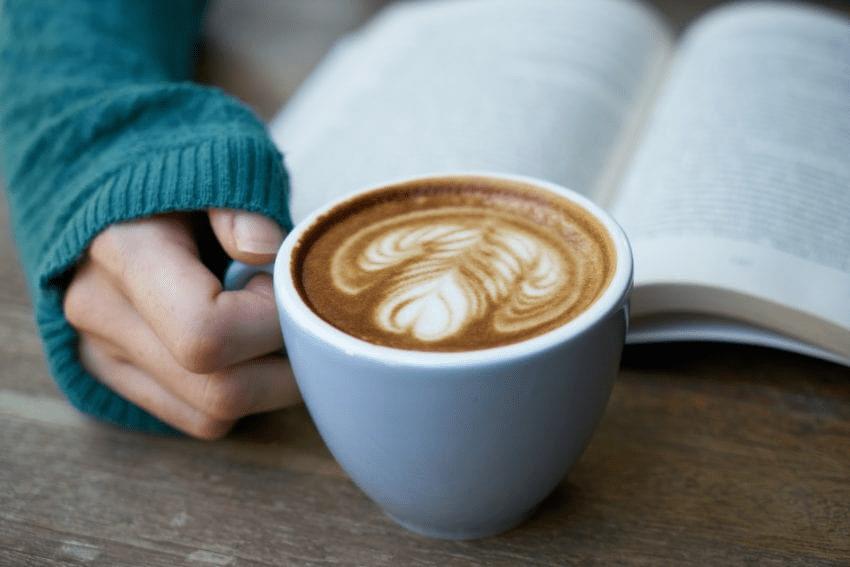 un cappuccino y un libro una buena combinacion