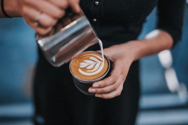 barista prepara un cafe latte
