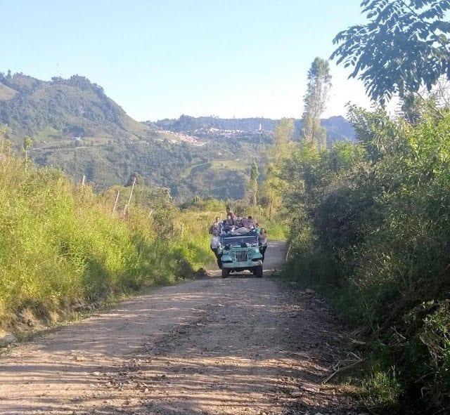 Un camion transporta productores de cafe