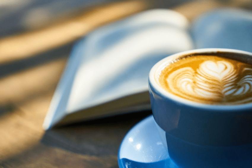 disfrutando de un cafe latte