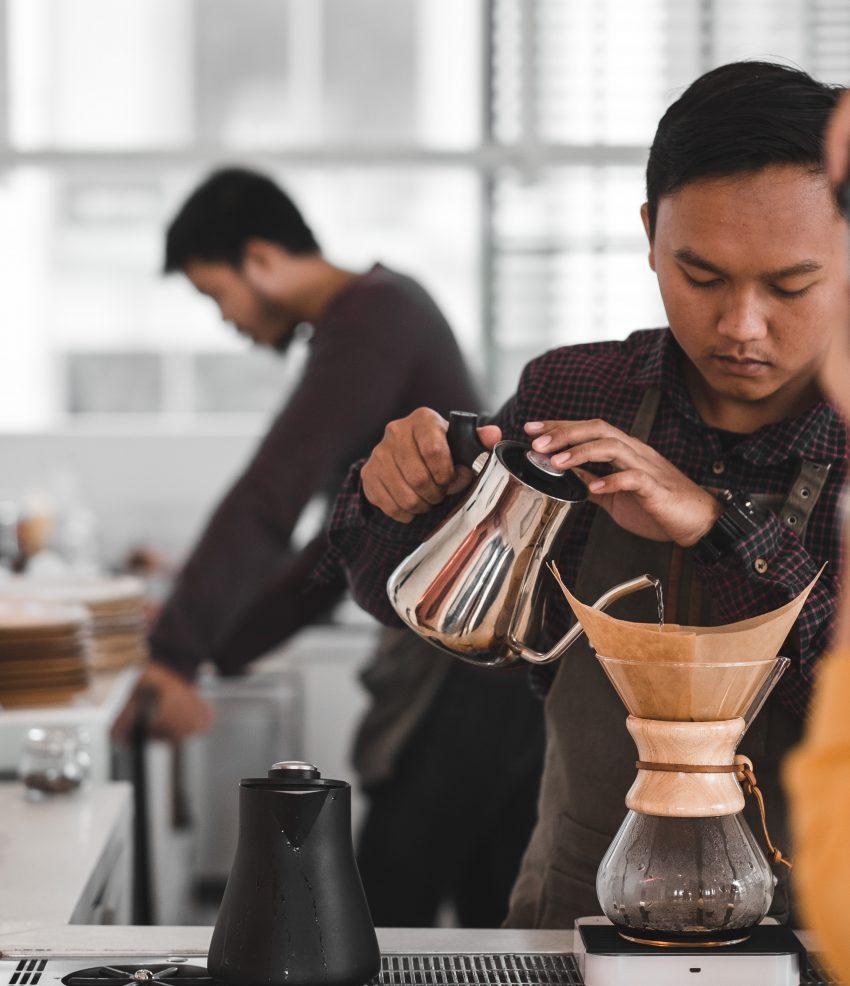 barista prepara cafe en un chemex