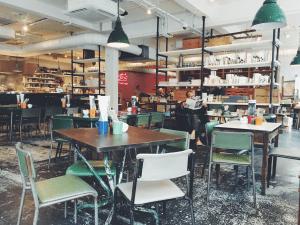 coffee shop vacío con solo un cliente tomando café