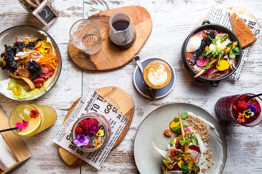 una mesa llena de comida en una cafeteria