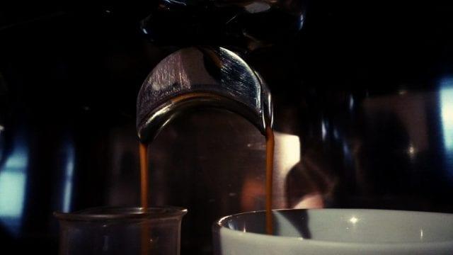 extrayendo cafe para hacer dos espressos