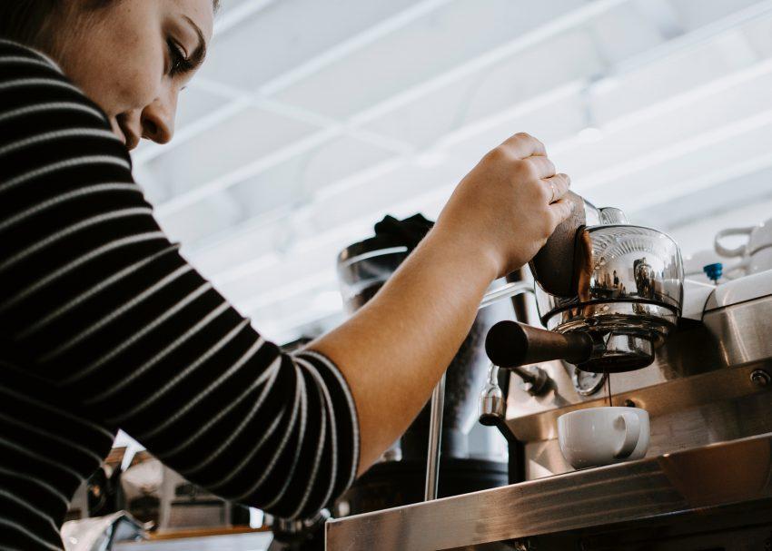 barista prepara un espresso