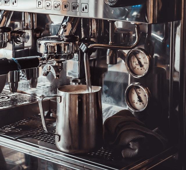 cremando leche para hacer cappuccino