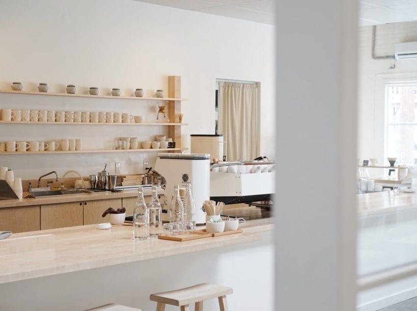 el interior limpio de una tienda de cafe