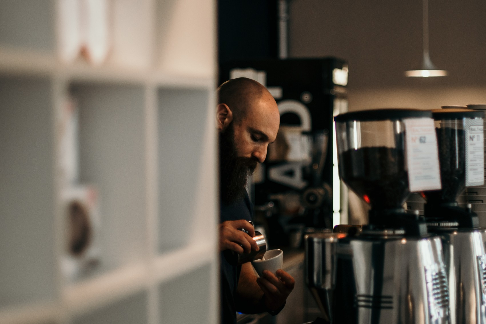 barista hace un cappuccino a un cliente