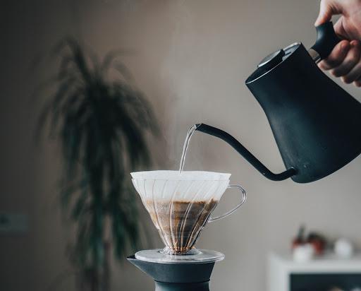 extrayendo cafe en un v60