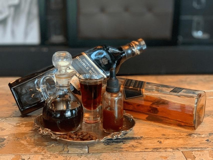 diferentes licores para preparar una bebida a base de cafe