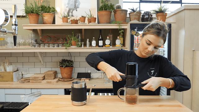 una barista prepara cafe de una nuevo metodo de preparacion