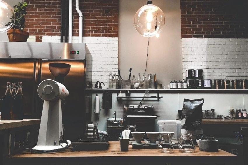 una barra de cafe con todo el equipamiento