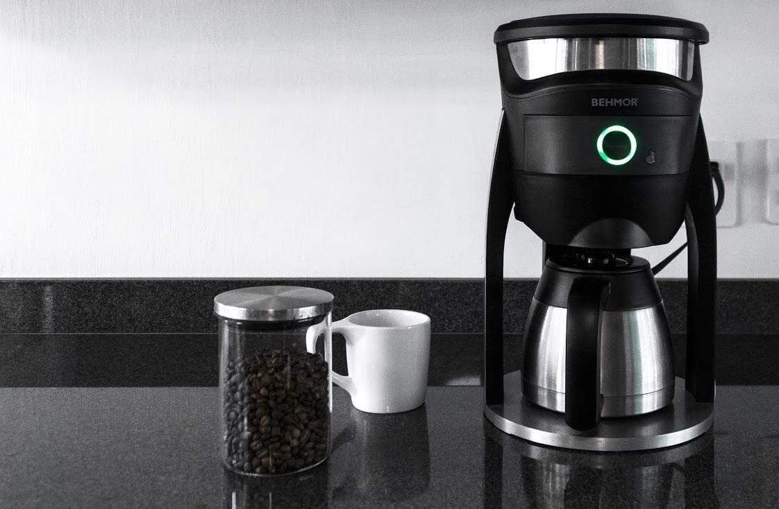 preparando cafe en una cafetera electrica