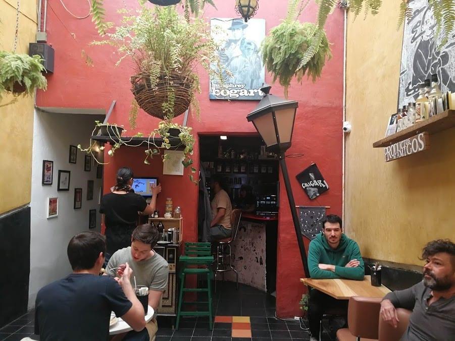 clientes tomando cafe en la hora del almeurzo