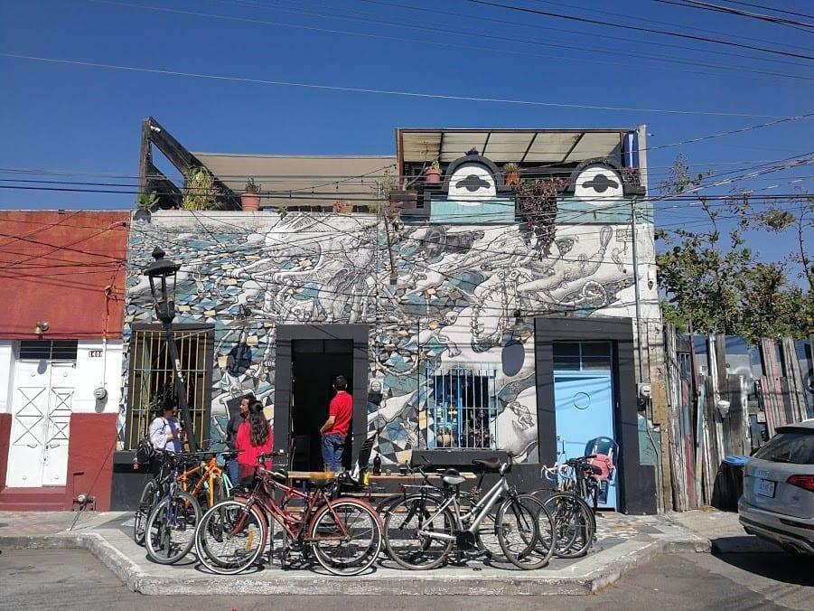 una tienda de cafe moderna con arte en sus muros