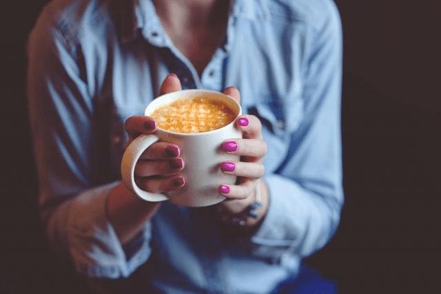 disfrutando de un cappuccino con sirope de caramelo