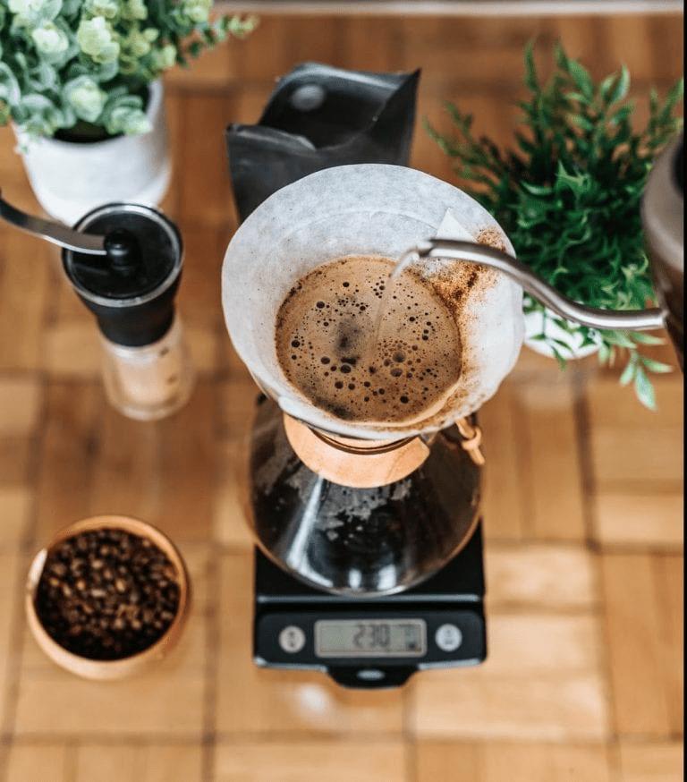 cafe preparado en un chemex con todos los elementos para extraer un mejor cafe