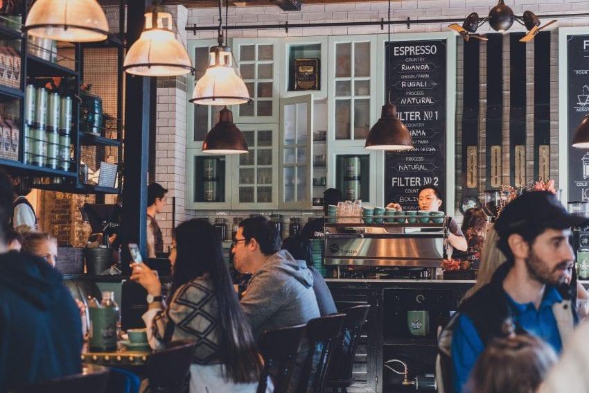 cafeteria con varios clientes disfrutando cafe