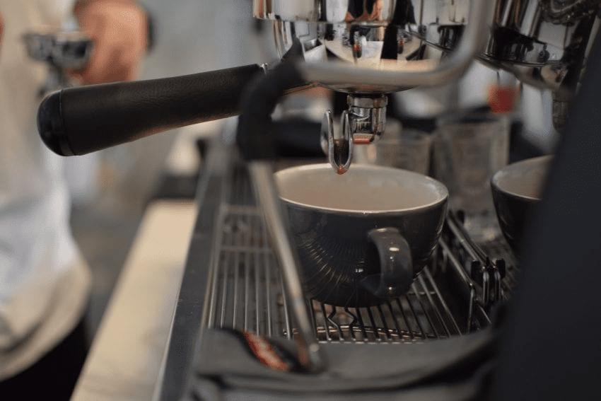 preparando un espresso soble