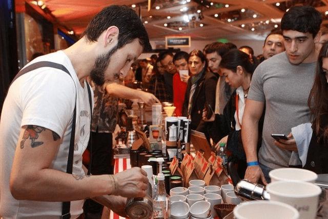 barista prepara cafe para un grupo grande de personas