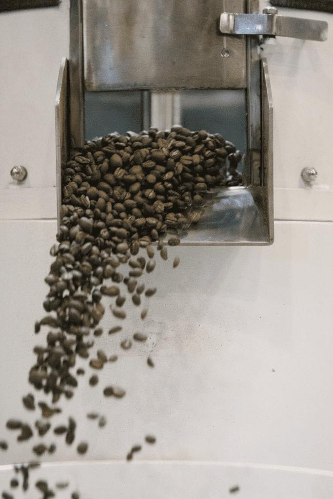 algunos cafes terminando de ser tostados