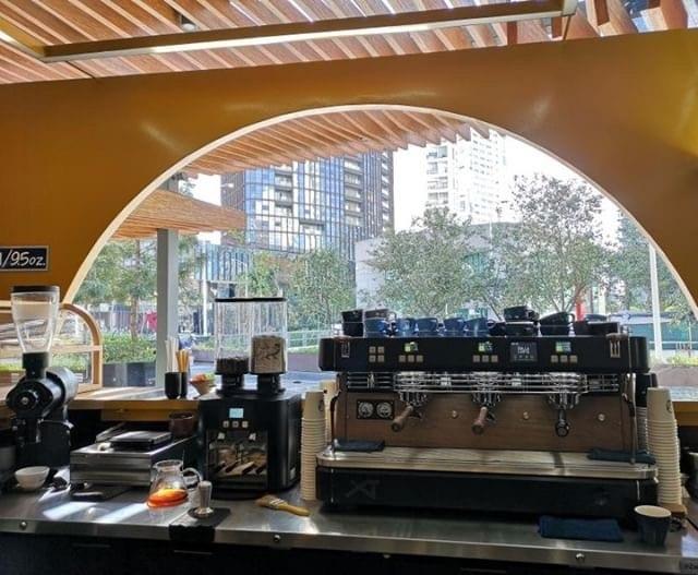 una barra de cafe de tres grupos